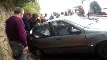 Otomobil ile duvar arasında sıkışan yolcuyu itfaiye kurtardı - DÜZCE