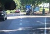 L'acteur Chris Hemsworth emmène un jeune autostoppeur à sa destination en hélicoptère !