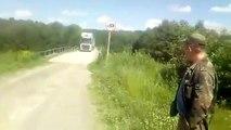 Un camion fait la grosse erreur de passer sur un pont interdit aux camions