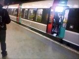 Il a trouvé la solution quand les gens bloquent les portes du RER