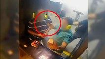 Il pointe un pistolet sur la tête de son ami pour prendre un selfie