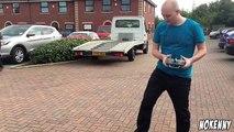 Debout sur un hoverboard, Régis conduit son drone hélicoptère