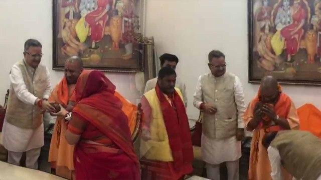 योगी आदित्यनाथ की उपस्थिति में रमन सिंह ने भरा नामांकन, करुणा शुक्ला ने भी ठोकी ताल