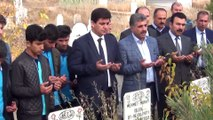 - Deprem şehidi öğretmenler mezarları başında anıldı