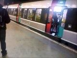 Lassé, un homme a trouvé une solution radicale quand les gens bloquent les portes du RER