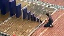 Il détruit un bloc de pierre de 2 tonnes sans forcer... Effet domino