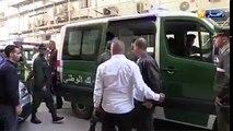 """Le journaliste Adnane Mellah crie """"non au cinquième mandat"""" lors de sa présentation devant le procureur"""