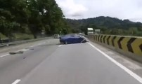 Un motard percute une voiture et se fait éjecter de sa moto !