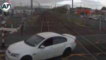 Un conducteur idiot traverse un passage à niveau au rouge quand un train arrive !