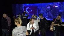 Vatozlar arasında Türk bayrağı açtılar