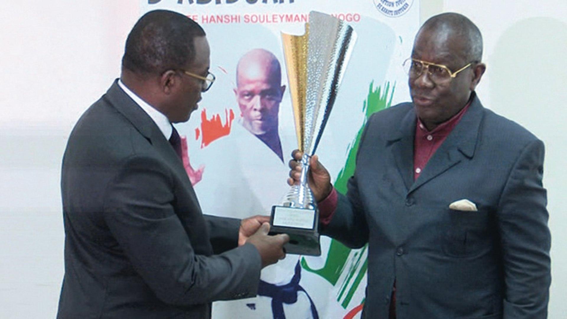Karaté présentation trophée du grand maître sanogo au ministre