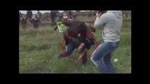 Une opératrice de télévision donne des coups de pied à des migrants720, Mp4