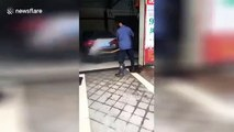 Regardez comment il nettoie sa voiture... Souple!