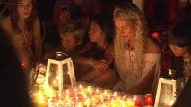 Entourée de fans à Saint-Barth, Laetitia Hallyday émue lors d'une veillée devant la tombe de Johnny