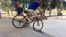Ce papa inconscient va au skatepark en vélo avec son bébé à l'arrière