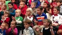 Cette jeune fille adorable chante en langue des signes pour ses parents sourds