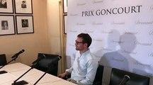 Nicolas Mathieu s'installe avant la concours de presse qui fait suite à l'attribution du prix Goncourt