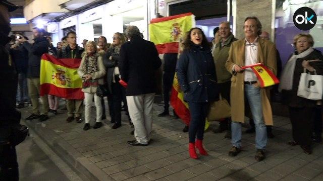 Una multitud espera a Dani Mateo a las puertas del teatro con banderas españolas y el himno de la Legión
