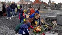 Les enfants ont planté des coquelicots en papier devant le monument aux morts du cimetière de Bléharies