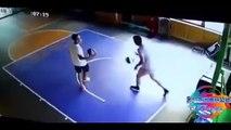 Le panier de basket lui tombe dessus au moment de faire un dunk.