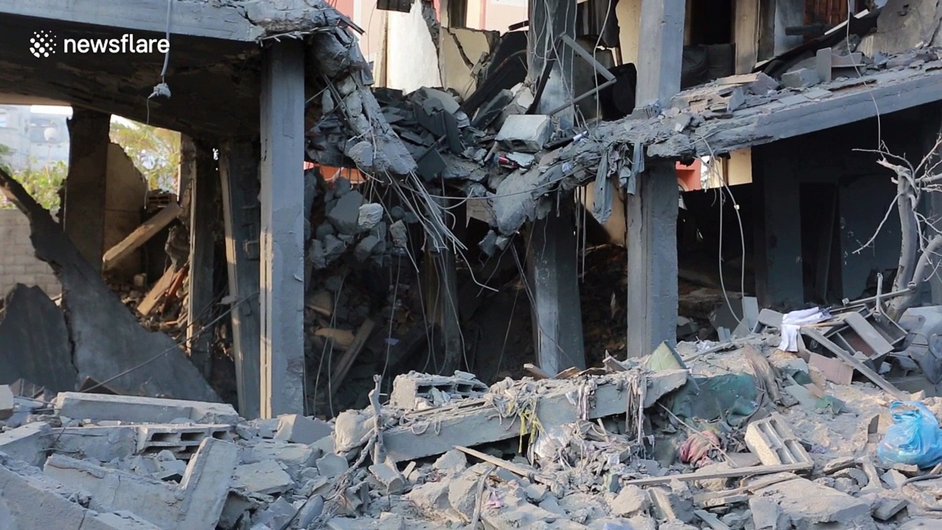 Palestinians inspect homes destroyed by Israeli air strike