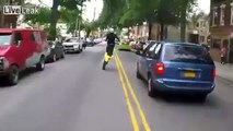 Un motard qui maitrise sa moto dans les bouchons comme un chef...
