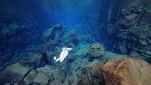 Elle nage dans les eaux les plus limpides au monde... Plongée en apnée merveilleuse
