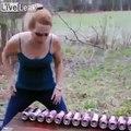 Kung Fu avec sa poitrine elle défonce des cannettes de biere