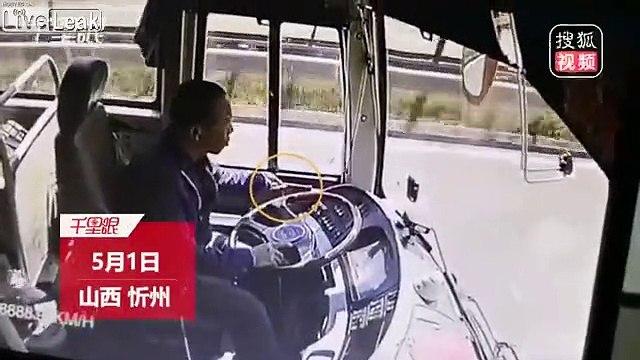 Conducente pullman provoca incidente controllando lo smartphone