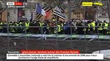 Les manifestants s'en prennent au mobilier urbain pour le lancer sur les forces de l'ordre sur les Champs Elysées