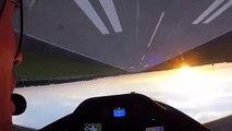Un pilote de voltige aérienne réalise un vol en rase-motte inversé (Pologne)