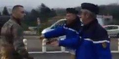 Des gendarmes arrêtent des militaires qui ont un gilet jaune sur le tableau de bord