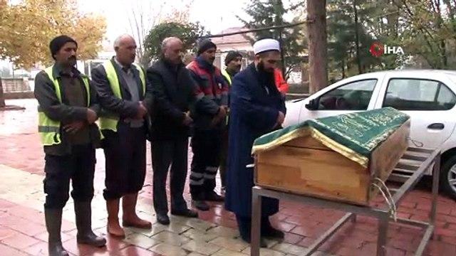 - Kazada öldü, kimliği belirlenemedi 6 kişi son yolculuğuna uğurladı- Elazığ'da geçirdiği trafik kazası sonucunda yaşamını yitiren yaşlı bir adam, kimliği tespit edilememesi üzerine belediye görevlileri tarafından kılınan cenaze namaz...