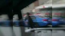 Otobüsün arkasına tutunarak yolculuk yaptı, kendisini görüntüleyen sürücüye 'Bana da yolla' dedi...Tehlikeli yolculuk kamerada