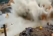 Un ouvrier provoque une explosion d'eau surpuissante !
