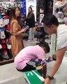 Il teste ses chaussures en sprint dans le magasin devant l'oeil effaré du vendeur !