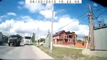 Un automobiliste se retrouve face à face avec un gros camion à contre-sens