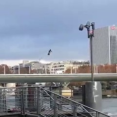 Un militaire survole la Seine en hoverboard