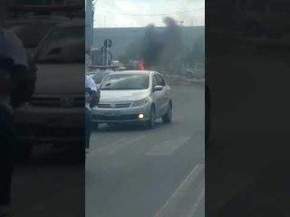 Veículo pega fogo em frente a shopping, na parte alta de Maceió