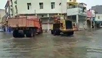 On a trouvé les employés de l'année qui tentent d'évacuer l'eau d'une route inondée !