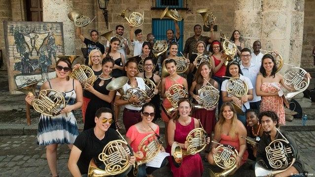 سارة والموسيقى - سارة والموسيقى - عازفو البوق في هافانا