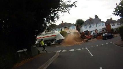 Un camion-citerne dévale une rue