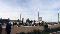 Vidéo - Gilets jaunes : à Marseille des manifestants bloquent l'accès au tunnel du Vieux-Port à la Joliette devant les Terrasses du Port