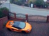 Filmé en train de rayer une voiture Lamborghini avec ses clefs !