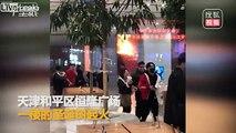Incendie spectaculaire d'un sapin de noel dans un Supermarché en chine