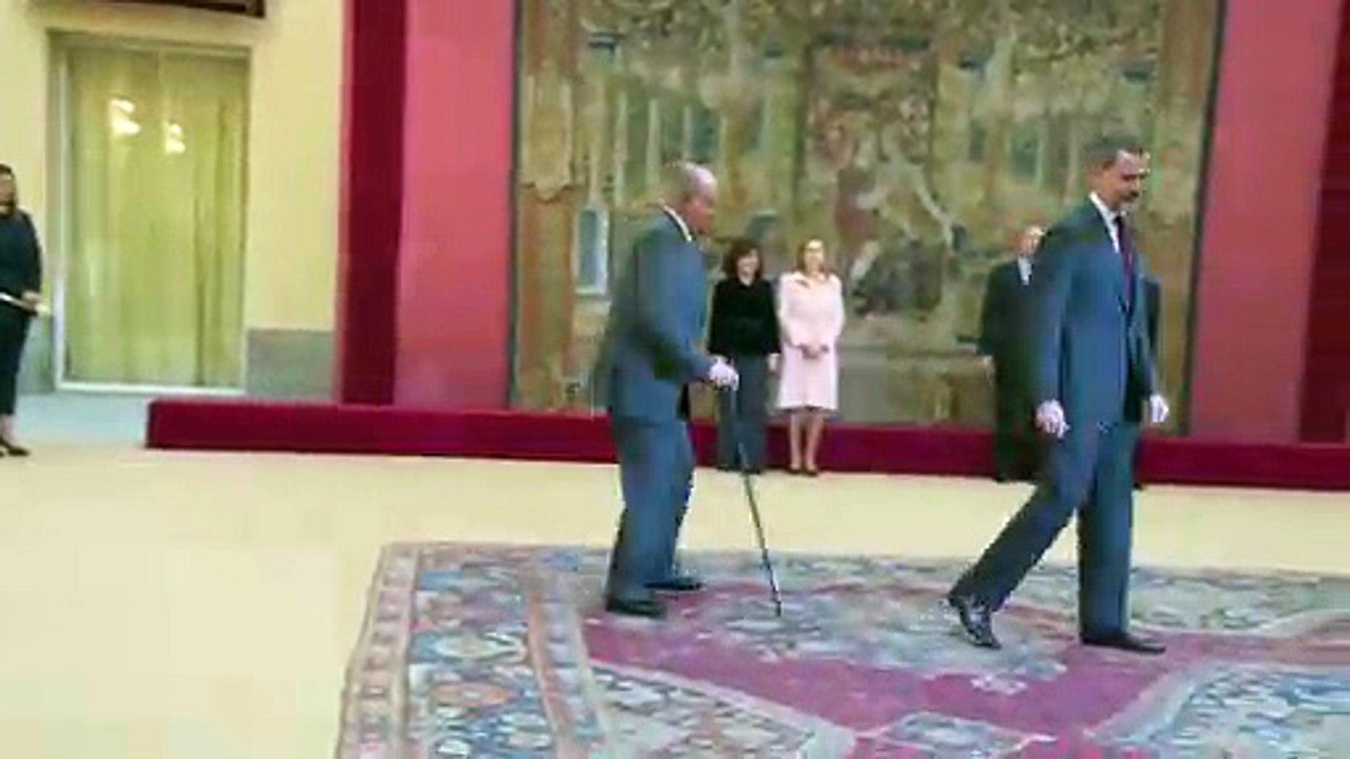 El Rey Felipe muy pendiente de su padre en su reaparición oficial