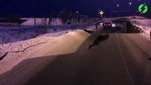Cette autoroute est complètement détruite après le tremblement de terre à Anchorage - alaska