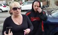 Il oblige cette femme à ramasser les crottes de son chien dans la rue... Bien fait