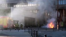 Les sapeurs-pompiers éteignent le feu dans laquelle une bombonne de gaz a été jetée