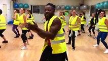 Déjà un million de vues pour ce prof en gilet jaune qui donne un cours de danse à ses élèves